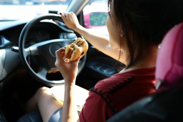 อาหารที่ควรเลี่ยง เมื่อขับรถไกล