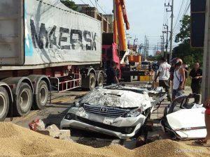 รถพ่วงล้มทับฟอร์จูนเนอร์แบนติดพื้น