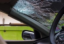 กระจกรถยนต์แตก