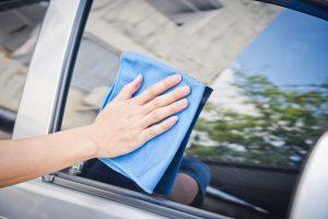 ใช้ผ้าสะอาดเช็ดทำสะอาดกระจก