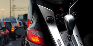 จอดรถติดไฟแดง ควรเข้าเกียร์ไหน