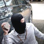 โดนก้อนคอนกรีตปาใส่กระจกรถแตก ประกันชั้นไหนช่วยได้?